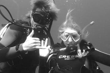 2 people doing diving course in Byron Bay