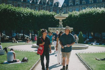 Walking-Through-Courtyard-in-Le-Marais-Paris