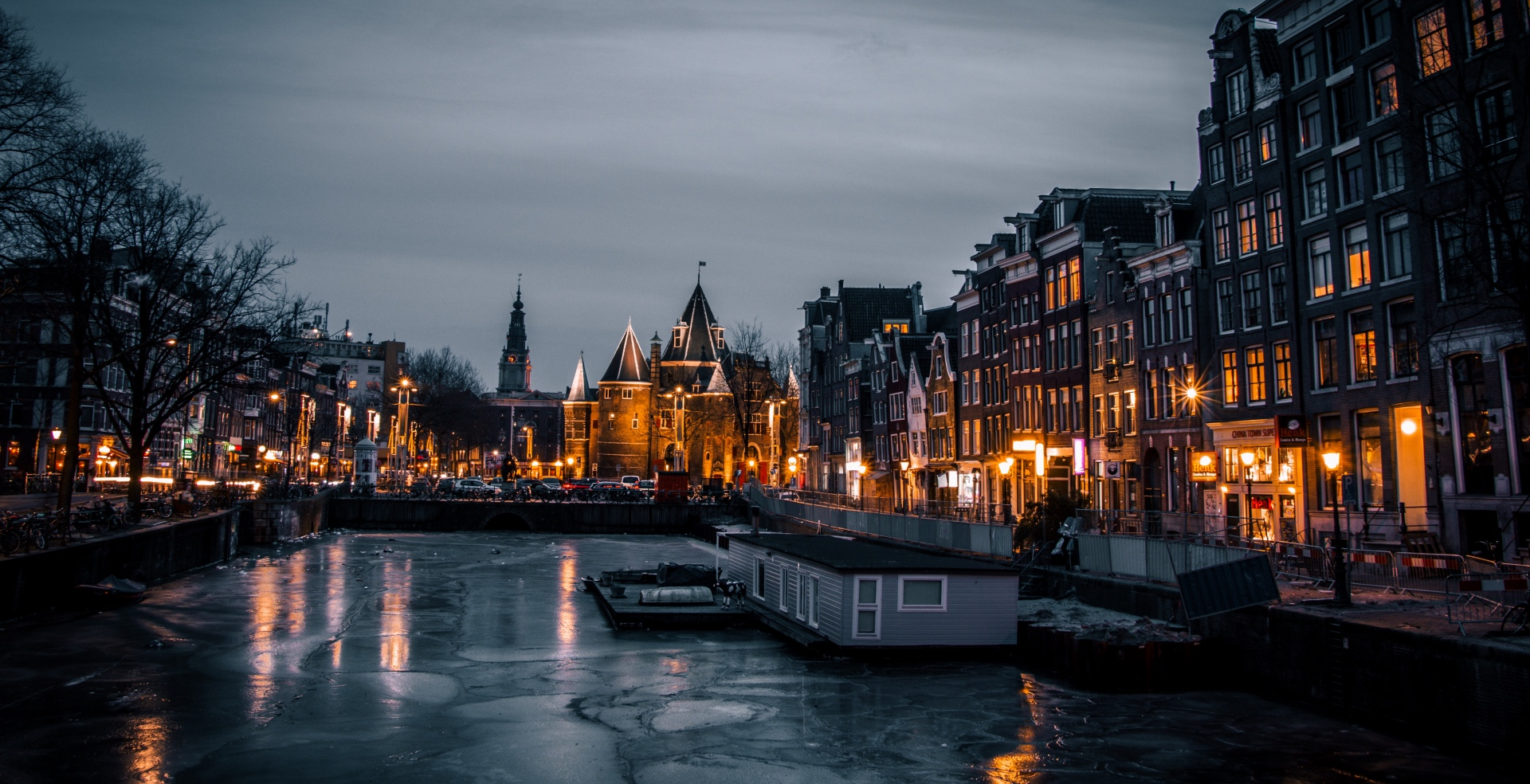 Amsterdam by nigh shows how romantic Amsterdam is