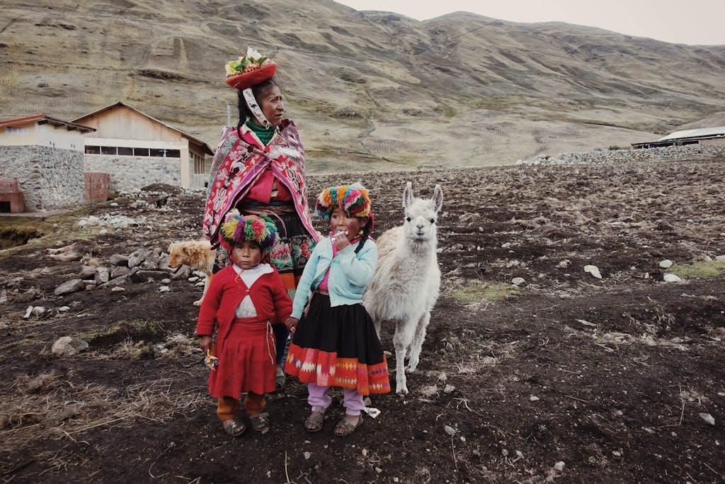 Peruvian women and children Chaullacocha