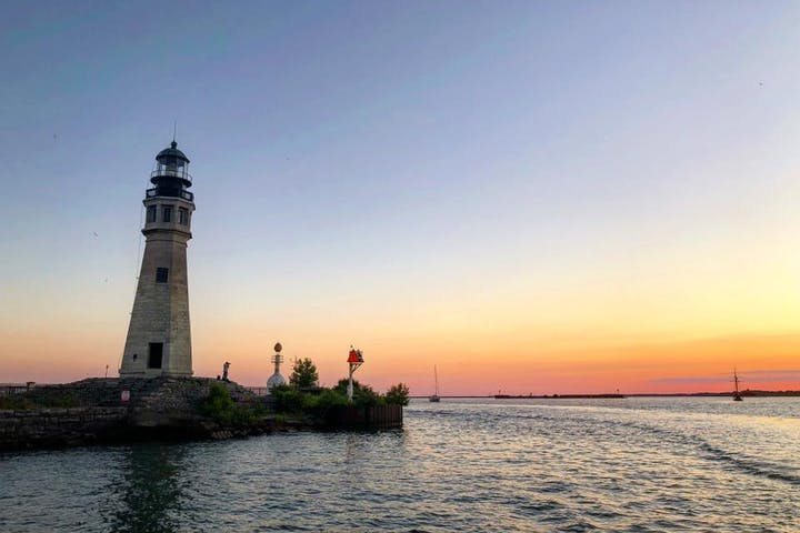 Light house eyeing on the purple and pink sunset