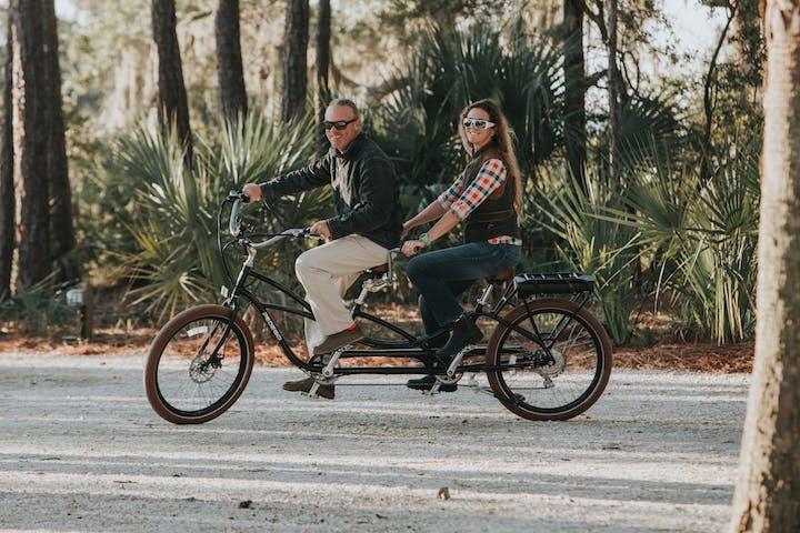 tandem bikers