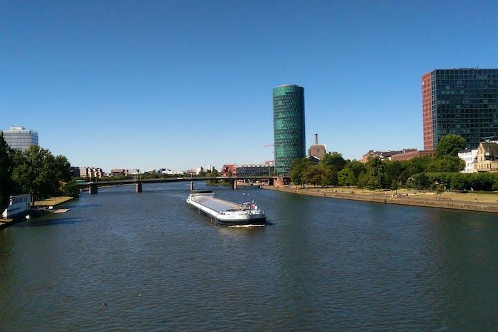 Aussicht auf Fluss und Gebäude in Frankfurt