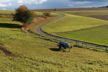 Die Route zwischen Bad Schwalbach und Nastätten führt durch eine an landschaftlichen Schönheiten reiche, unberührte Naturlandschaft mit historischen Dörfern und weitläufigen Waldtälern – mit dem Fahrrad lernen wir sie kennen.