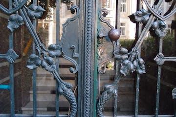 Tore, Türen und Portale – sie prägen das Bild eines Bauwerks, sind gleichsam seine Visitenkarte. Eine Erkundungstour, die der Architektur des Ankommens und Eintretens nachspürt – am Beispiel des unteren Dichterviertels von Wiesbaden.