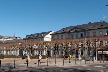 Es gibt Plätze, die schön sind, aber nicht lebendig, zum Beispiel den Luisenplatz, und Plätze, die beides zugleich sind: schön und lebendig, zum Beispiel den Schlossplatz. Was aber, wenn Plätze weder schön noch lebendig sind? Eine Erkundungstour in Wiesbaden.