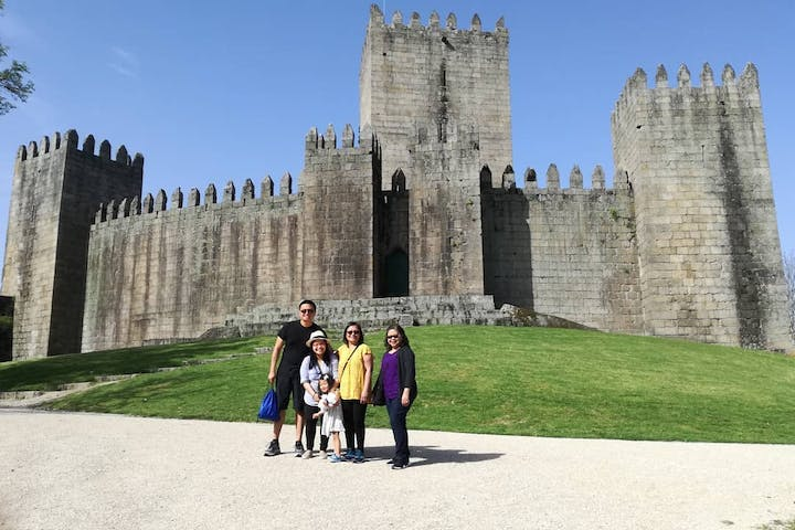 Family-at-Guimarães-Castle-in-Portugal