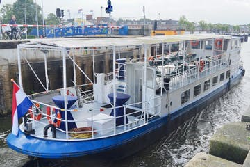 The white and blue boat of Alkmaar Cruises