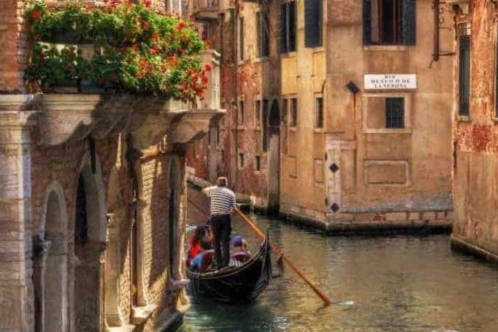 Gondolier with family on gondola