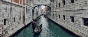 Bridge of Sighs with gondolas going underneath
