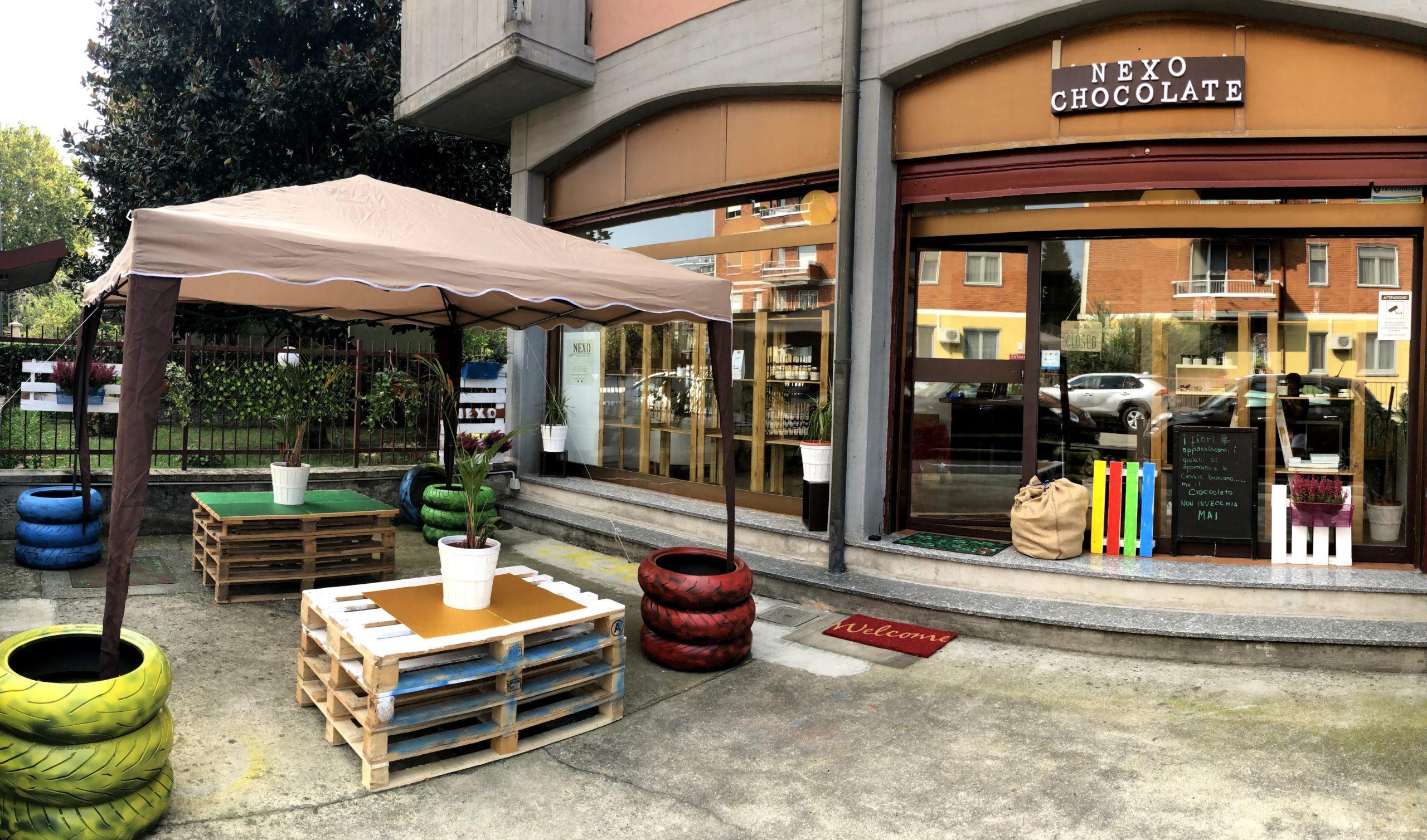 Spazio esterno ed entrata principale del punto vendita e laboratorio Nexo Chocolate