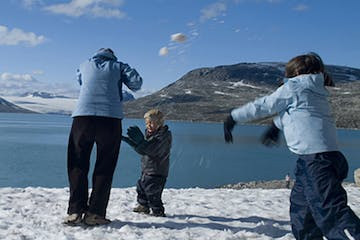 Family playing with snow in Styggevatnet
