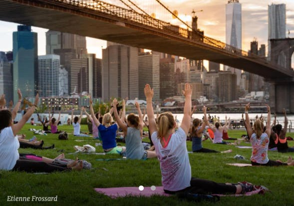 outdoor yoga class in brooklyn bridge park
