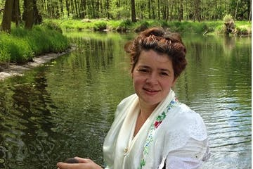 Nahaufnahme von Fährfrau Yvonne in Tracht mit Ihrem Paddel auf Ihrem Kahn