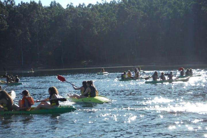 Children group on canoas in Barragem