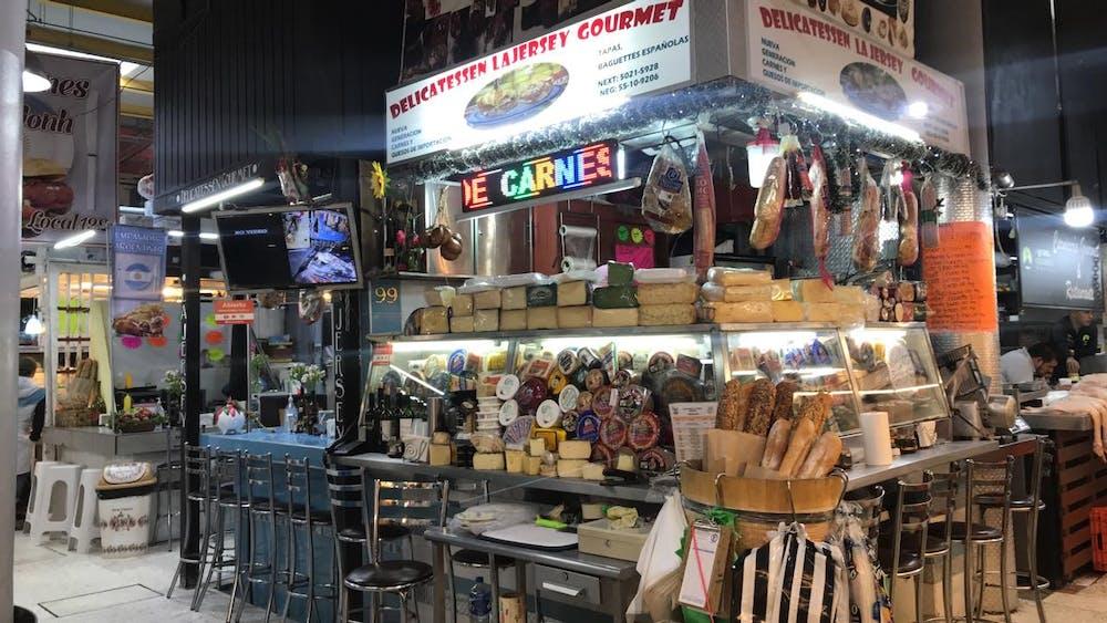 Puesto de quesos y carnes frías en un mercado