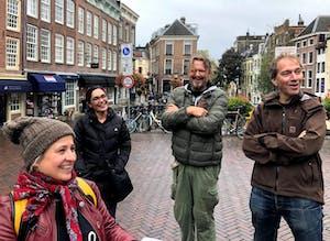 Een groep mensen in een stad die staan te lachen