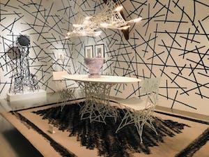 Een witte tafel met twee stoelen als kunstopstelling