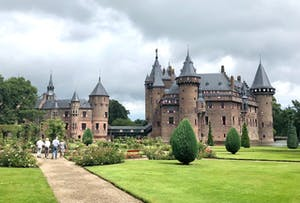 Een kasteel met op de voorgrond een kasteeltuin