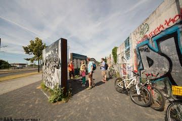 Eine Tour-Gruppe mit Guide an der Berliner Mauer
