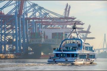 Ein Schiff im Hamburger Hafen
