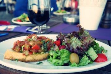 Ein Teller mit Brot und Salat