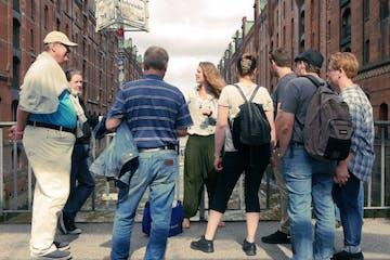 Eine Tourgruppe in der Speicherstadt
