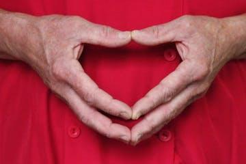 Ein Herz geformt aus Händen