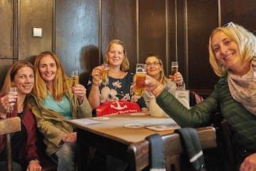 Fünf Frauen mit Biergläsern