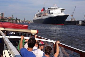 Ein großes Schiff im Hafen