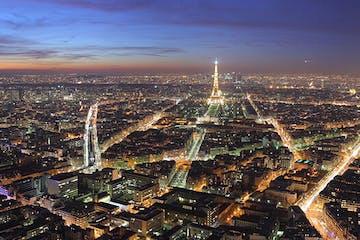 Vue nocturne sur la Tour Eiffel et Paris