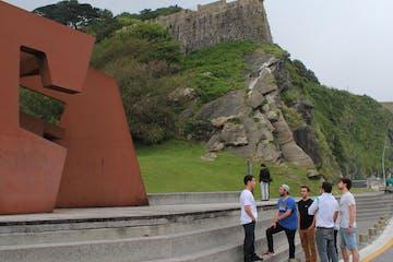 grupo de gente delante de un monumento