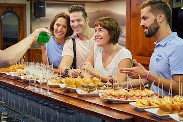 grupo de gente en un bar típico vasco