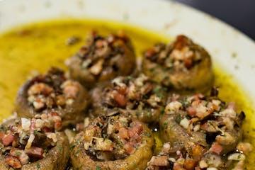 plato de champiñones rellenos