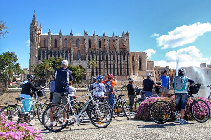 group tour making pictures of the Cathedral of Palma