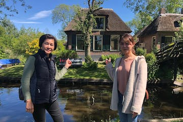 Two women in front of a Giethoorn House