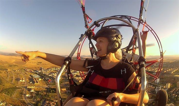 mujer sonriente durante un vuelo