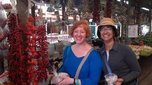 dos mujeres disfrutan de un recorrido gastronómico