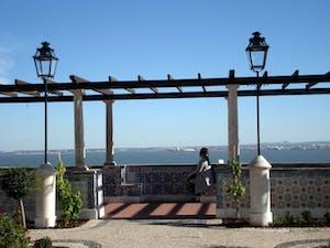 mujer viajando sola portugal