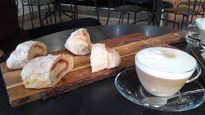 Pan de chorizo y café