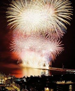 Fuegos artificiales en el cielo nocturno Vacaciones de año nuevo en Portugal