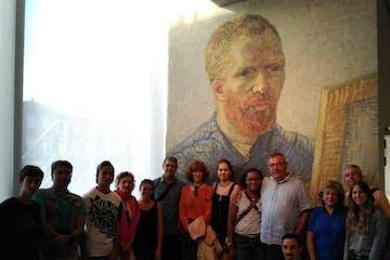grupo posando para la cámara en el Museo Van Gogh