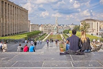 pareja mirando el Mont des Arts