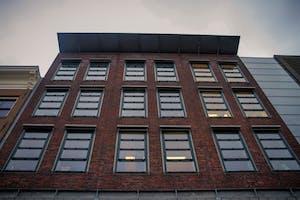 un alto edificio de ladrillo marrón