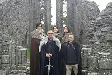 grupo de gente disfrazada de juego de tronos