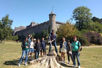 grupo de gente delante de una escultura