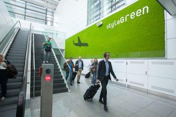 personas caminando en un aeropuerto