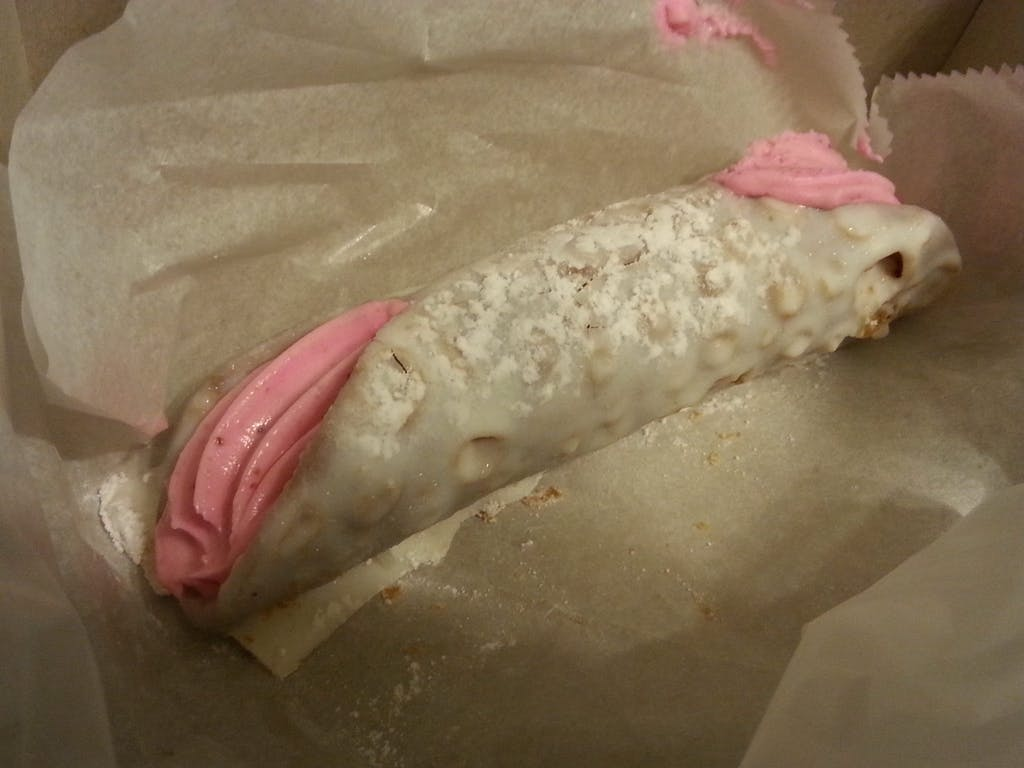 La Bella Ferrara Strawberry Cannoli