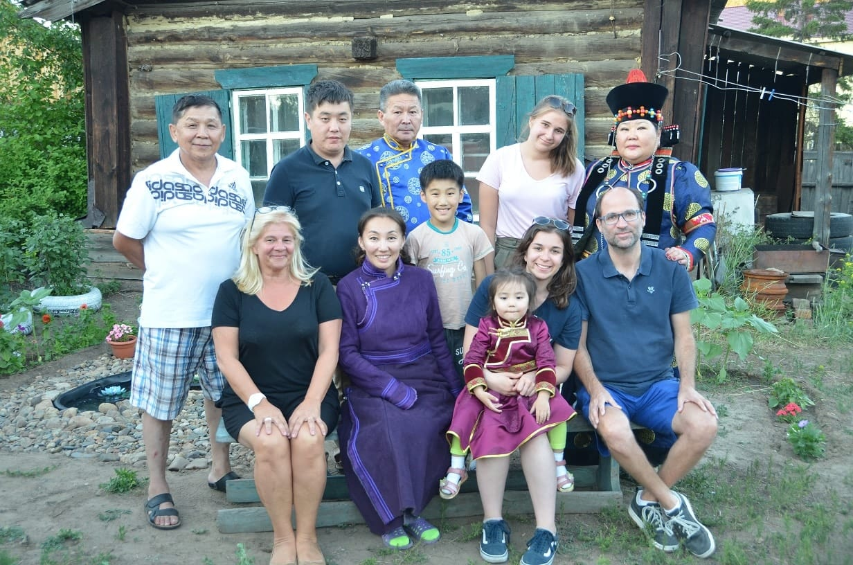 Les touristes lors d'une visite chez une famille à Oulan-Oudé