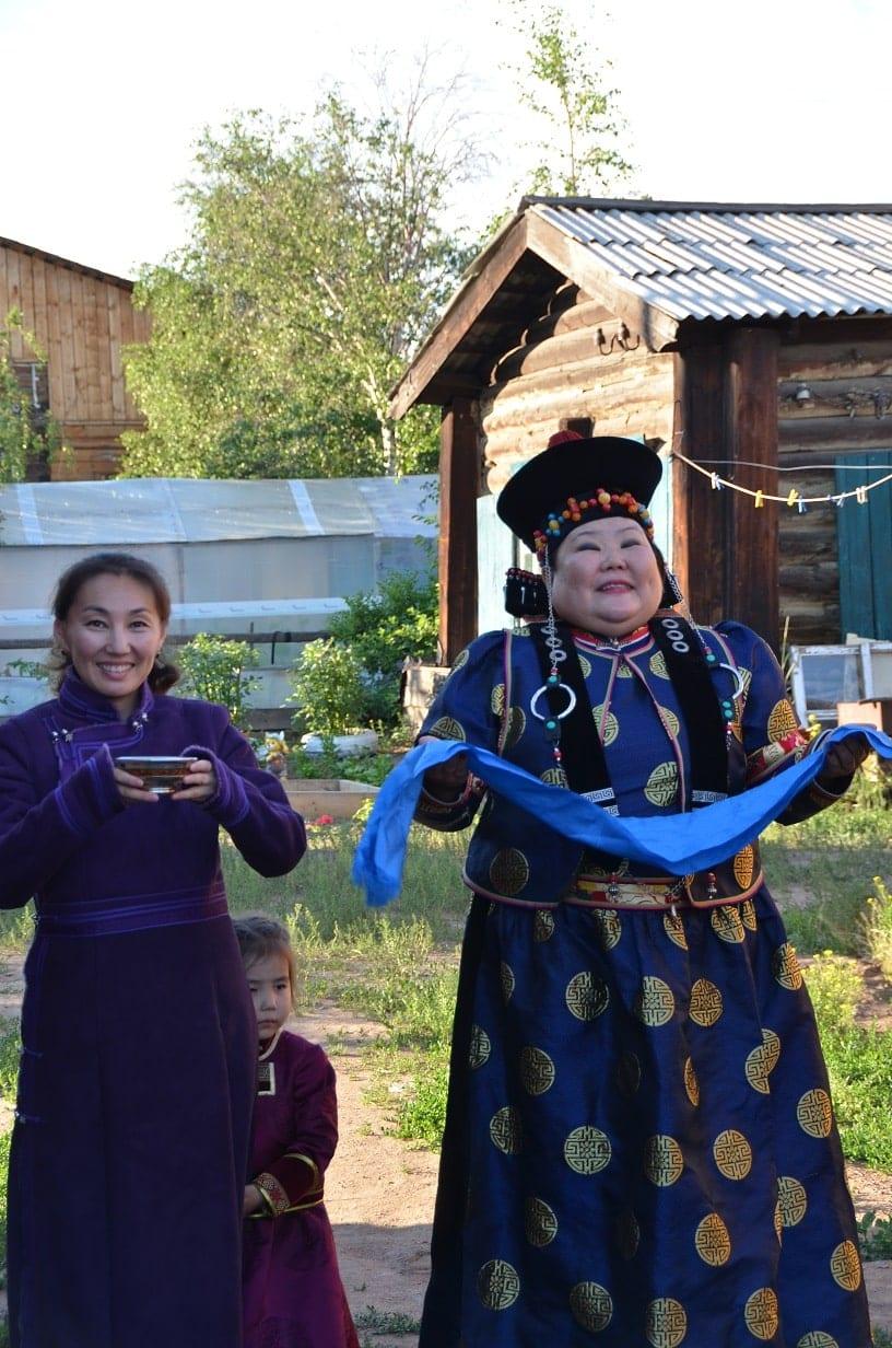 L'accueil des touristes par une famille à Oulan-Oudé